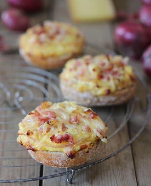 Überbackene Brötchen mit Schinken und Käse