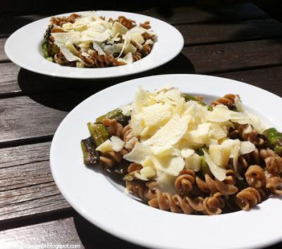 Vollkornnudeln mit grünem Spargel und Parmesan
