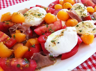 Melonensalat mit Tomaten und Büffelmozzarella