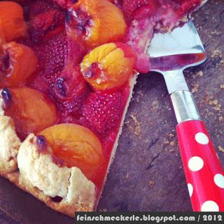 Tarte rustique aux abricots et fraises