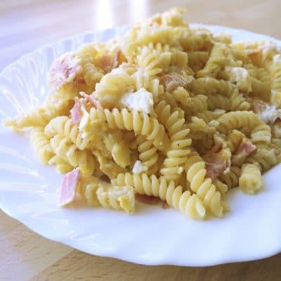 Blitzschnelle Schinkennudeln mit Ei und Käse
