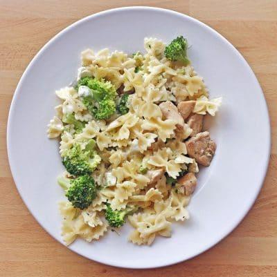 Carbs olé: Pasta mit Huhn, Feta und Brokkoli