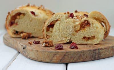 Apfel-Zimt-Hefezopf mit Cranberries und Cashew-Salzkrokant