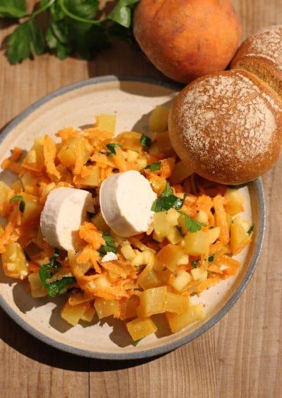 Gelbe Bete Salat mit Apfel und Ziegenkäse