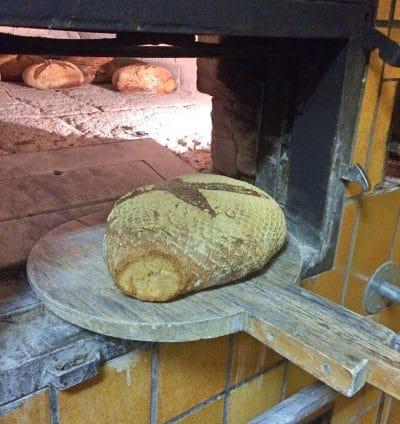 Brot backen in einem echten Backhaus aus dem Jahr 1927