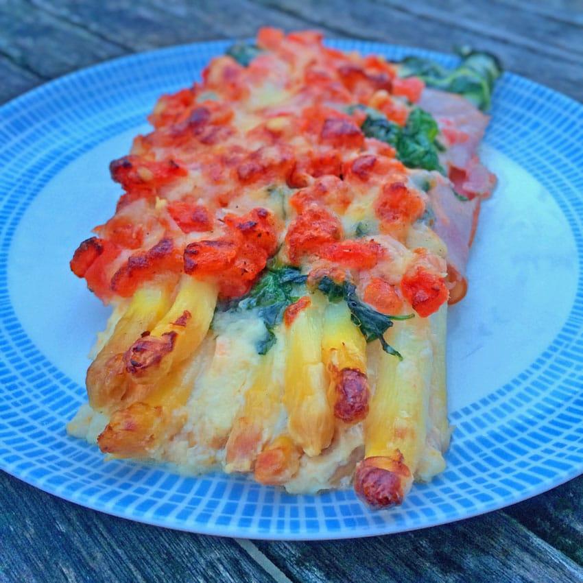 Überbackener Spargel mit Spinat, Parmaschinken & Parmesan
