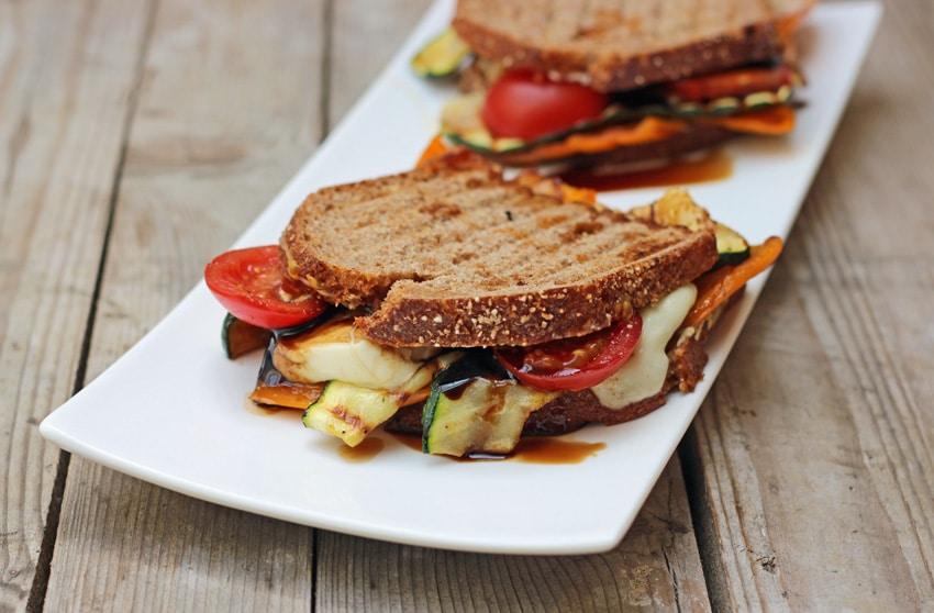 Sandwich mit gegrilltem Balsamico Gemüse, Mozzarella & Parmesan