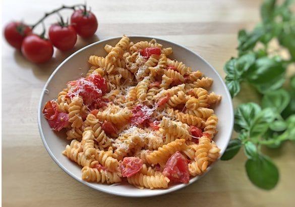 Pasta mit frischen Tomaten und Frischkäse