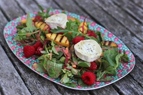 Salat mit Ziegenkäse und Nektarinen Himbeer Dressing